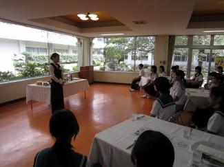 卒業生で、現在城山観光ホテル勤務の中元 友梨さんの講話