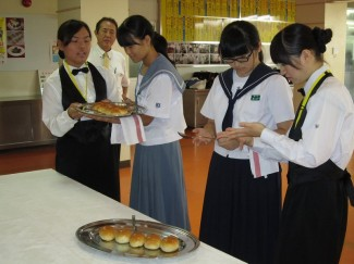 パンのサーバーサービスを在校生よりレクチャー風景