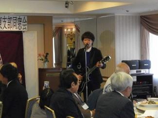 芸術文化コース卒業生の歌手,宮脇駿さんが歌を披露してくれました