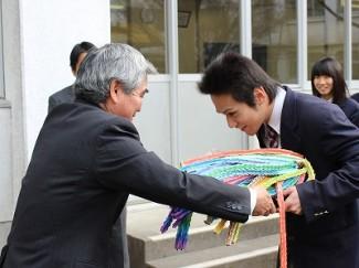 後輩より託された折り鶴が,校長より手渡されました