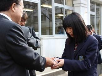 教頭より,合格祈願グッズが,受験生一人ひとりに手渡されました