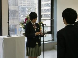 卒業生答辞を読む川上さん