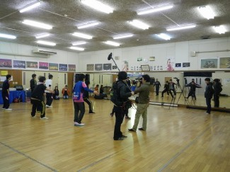 ダンスを教える生徒も真剣です!