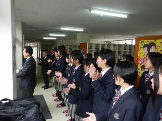 合格を祈願する生徒たち