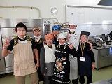 田中先輩 2年 (第一佐多中出身)の指導もと,みんな和気藹々と楽しんでケーキづくり