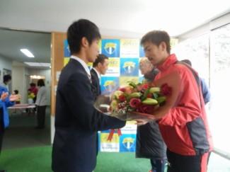 中山選手にサッカー部の生徒から花束贈呈