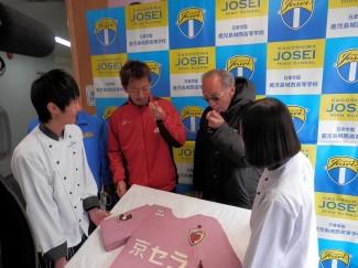 ケーキを食べる中山選手とバドゥ監督