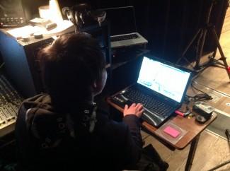 PCで音を操作する音響スタッフ