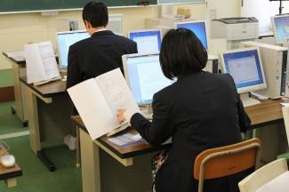文書作成の試験に取り組む生徒