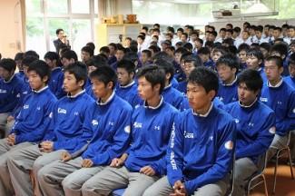 発表の時を待つサッカー部員