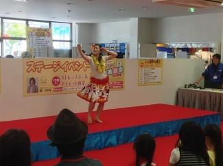 3年生嶋村さんによるフラダンス「涙を」