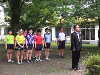 本校の創設者,故 吉永市之助・ヤス 両先生の胸像に向かい大会出場を報告しました