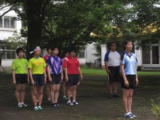 九州大会での勝利を誓う,主将の雲林院さん(右端)と卓球部の皆さん