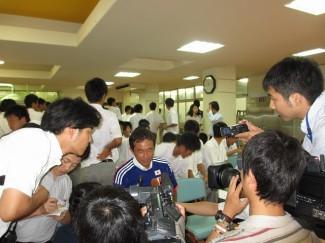 インタビューを受ける男子サッカー部監督の小久保先生