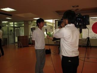 インタビューを受ける男子サッカー部主将の大塚くん