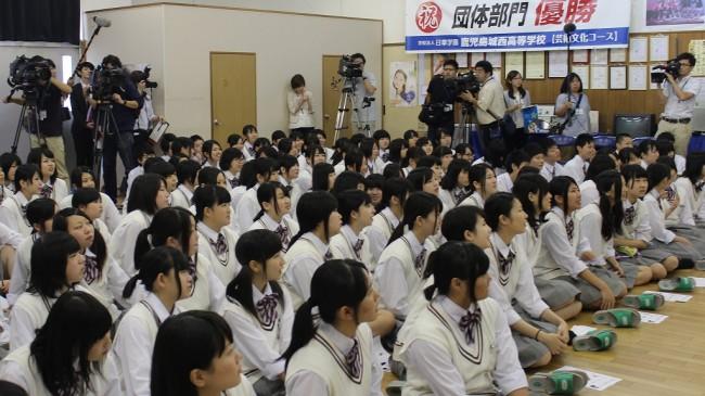 写真1 梶さんの実演に興味津々 県内の報道各社も取材に来ていました