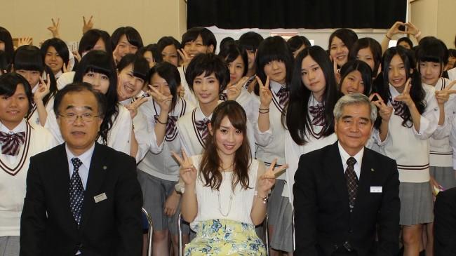 写真10 最後に全員で記念撮影 梶さんの右側が秋武校長 同じく左側が山下教頭