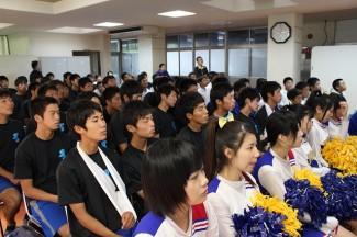 試合の様子を見守る生徒たち