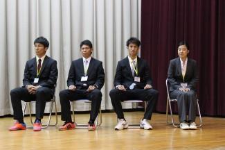 全校生徒を前にして緊張した面持ちの4名の教育実習生