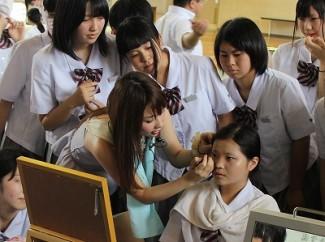 梶先生の動きを,周りの生徒も熱心に見ていました