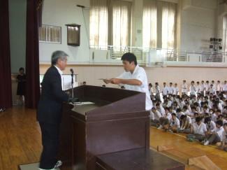全校生徒を前に代表を務めました