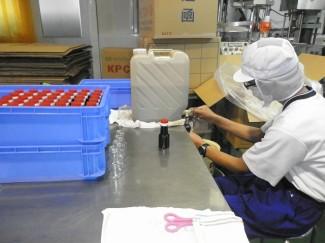 しょうゆの瓶詰め作業
