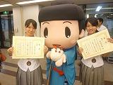 賞状を手にして喜ぶ丸尾さん(左)と吉田さん(右)