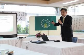 徳山大学の教育内容について講話される岡野啓介学長