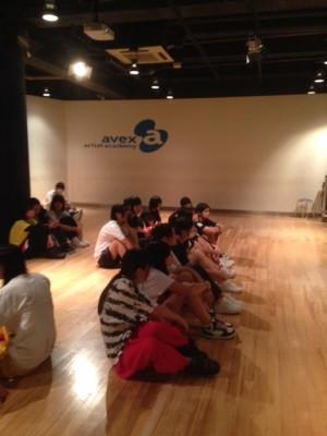 ダンススクールでの説明を聞く生徒たち