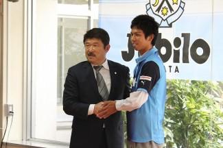 加藤GMと握手を交わす岩元選手