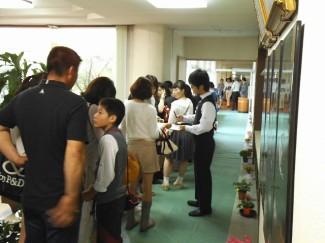 ホテル観光科のレストラン 大盛況で,お待ちいただいているお客様の行列ができていました