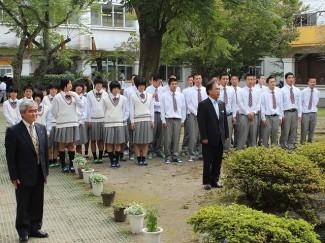 本校創設者の故 吉永市之助先生・ヤス先生に,大会出場を報告