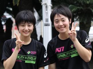 見事,ダブルス1位となった榎谷さん(左)と中原さん(右)