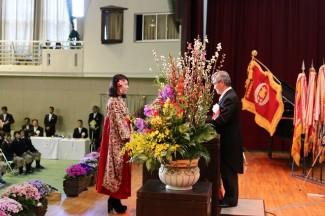 自作の着物と袴を着て卒業証書を受け取りました