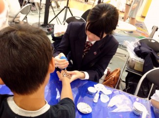 小学生の手の甲にジバニャンを描きました