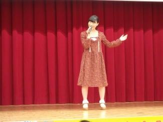 2年生吉野さんによる歌謡「赤いスイートピー」