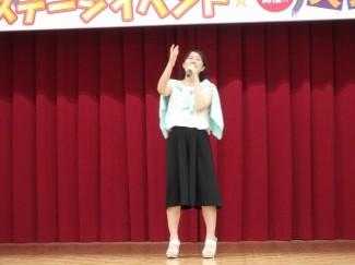 2年生野添さんによる歌謡「優しさに包まれたなら」