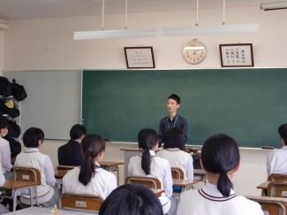 講話をする卒業生の谷口さん