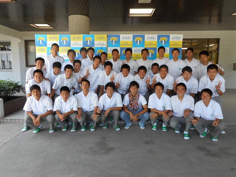 写真は,進学体育コース3年生のサッカー部員との写真です。