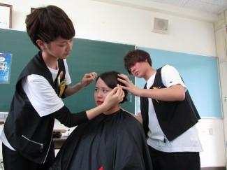 ヘアーアート学科によるヘアセットの実演