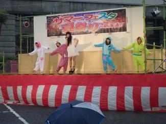 子どもたちに人気のある着ぐるみチーム『べじーた』による歌とダンス