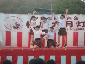 アイドルチームによる歌とダンスの披露
