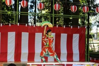 2年生の岩切さんによる日本舞踊「芸道一代」