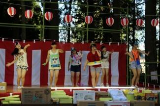 2年生の辻さんとバックダンサーによる夏らしい歌謡の披露