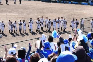 試合終了後,応援席からは選手たちに温かい拍手が送られました