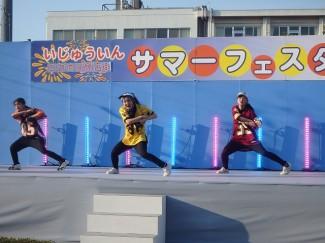キレのあるダンスを披露する3年生