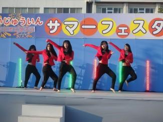 3年生の女の子5人組による息の合ったダンスの披露