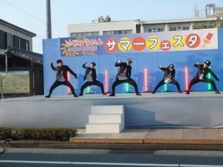 SWAGというジャンルのダンスを選抜メンバーが格好良く披露!