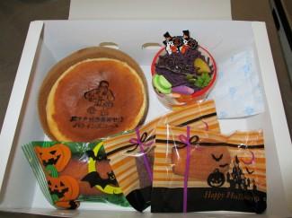 三種類の焼き菓子とスフレ,モンブランのお土産