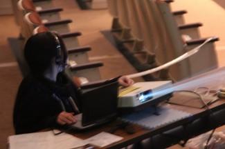 演目の進行に合わせてスクリーンを表示するスタッフ